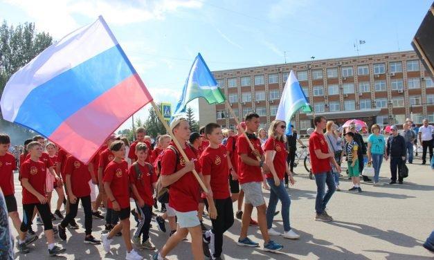 Шествие трудовых коллективов в рамках празднования 287-летия города Сысерть.